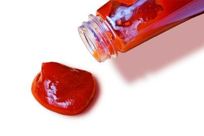 Schmeckt super, hinterlässt aber gemeine Flecken: Ketchup!