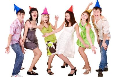 Mit den richtigen Partyspielen wird die Party für Erwachsene ein Spaß.