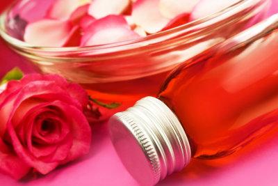 Rosenwasser ist eine duftende Zutat für selbstgemachtes Gesichtswasser.