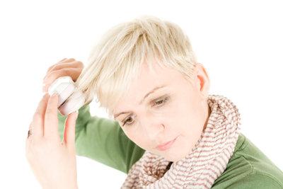 Glätteisen und Lockenstab sollte man nur mit einem Hitzespray verwenden. Der Gebrauch ist einfach.