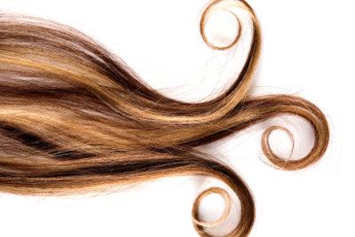 Mit selbstgemachter Haarkur wird trockenes Haar seidig.