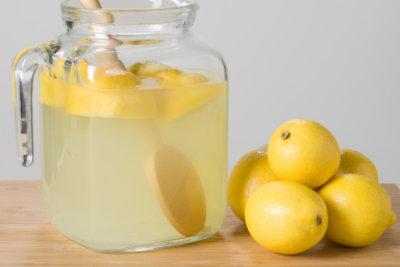 Zitronen und stilles Wasser sind die Hauptzutaten für eine typisch amerikanische Limonade.