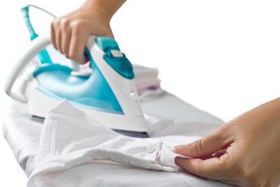 Mit einem Bügeleisen lassen sich Wachsflecken im Handumdrehen aus der Kleidung entfernen.