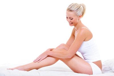 Eincremen kann Abhilfe schaffen gegen trockene Haut.