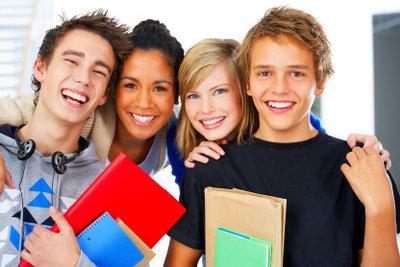 Ein Schulwechsel bei Umzug bedeutet auch, neue Freunde zu finden.