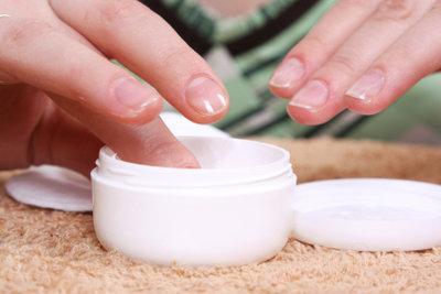 Ein Handbad mit Paraffin optimiert die Pflege der Hände.