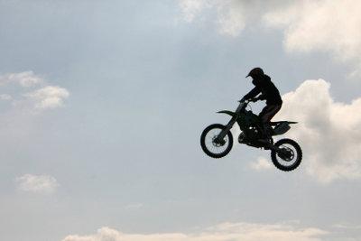 Stunt auf dem Bike - Stuntschulen vermitteln solche Inhalte in Stuntmanausbildungen.