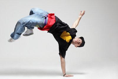 Die Akrobatik des Breakdance kann durch mehr oder weniger einfache Übungen trainiert werden