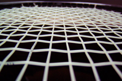 Ein Tennisschläger muss regelmäßig fachgerecht bespannt werden.