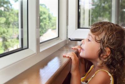Reinigen vergilbter Fensterrahmen - damit es wieder schön aussieht.