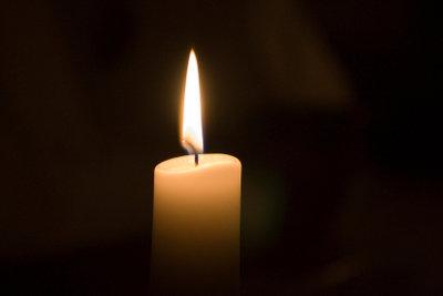 Kerzen niemals unbeaufsichtigt brennen lassen, sonst hat man schnell einen Brandfleck im Holz.