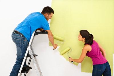 Helle Farben passen zu Nussbaummöbeln oder Nussbaumböden.