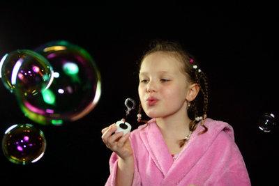 Mit perfektem Seifenblasenwasser gelingen auch große Seifenblasen garantiert.