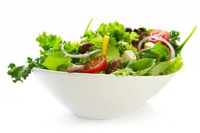 Frischer Salat ist der Klassiker unter den kalorienarmen Sattmachern.