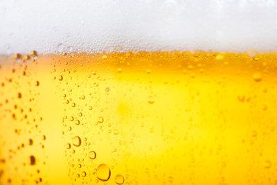 Ein frisch gezapftes Bier im Sommer zu trinken, ist das reinste Vergnügen.
