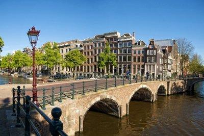 So kommen Sie billig nach Amsterdam und können die Stadt genießen.