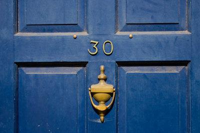 Mit etwas Farbe verhelfen Sie einer alten Holztür zu neuem Glanz.