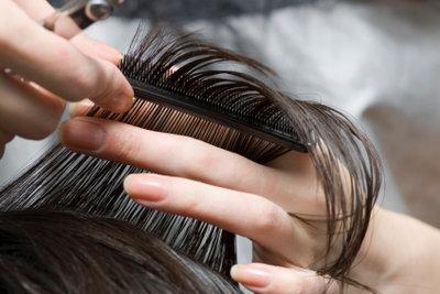 Um sich die Haare selber zu schneiden, braucht man vor allem Fingerspitzengefühl.