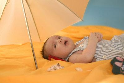 Um Ihr Kind vor Hitzepickeln zu schützen, sollten Sie zu starke Wärme vermeiden.