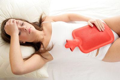 Bei Unterleibsschmerzen kann eine Wärmfläsche den Schmerz lindern.
