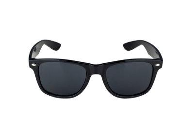 Die Sonnebrille sieht cool aus und schützt vor Sonnenblendungen.