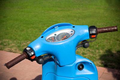 Hoffentlich ist Ihr Motorroller kein Spritschlucker. Berechnen Sie den Spritverbrauch!