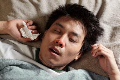 Eine Nacht mit nassen Haaren kann zu einer bösen Erkältung führen.
