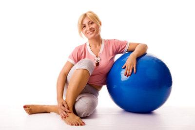 Ein Gymnastikball lässt sich auch als Stuhl verwenden.