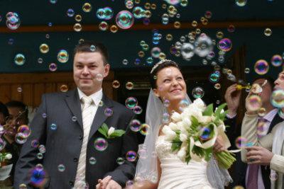 Das Aufgebot beim Standesamt bestellen und dann heiraten.