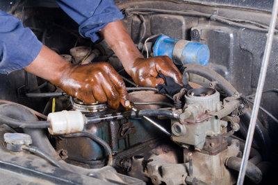 Motorölflecken haften gern an Händen und Kleidung.