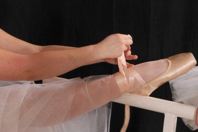 Mit der eigenen Ballettstange zuhause trainieren.