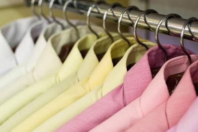 Die passende Hemdfarbe für sein Outfit zu finden ist bei Auswahl nicht so leicht.