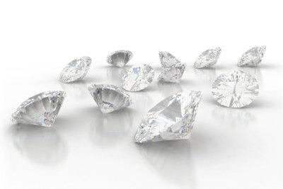 Schimmernde Diamanten verzaubern Frauenherzen. So erkennen Sie, ob ein Diamant echt ist.
