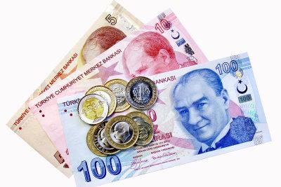 Türkische Lira gibt es in Scheinen und Münzen, die den Eurostücken ähneln.