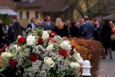 Bei einer Beerdigung sollten Sie auf einen zurückhaltenden Dresscode in dunklen Farben achten.