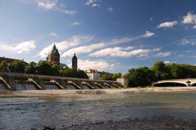 Die Isar in München ist eine beliebte Strecke für Schlauchbootfahrten.