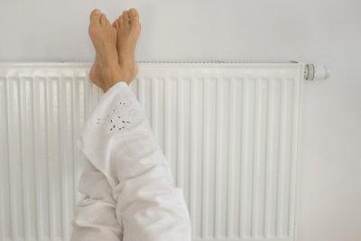 Damit Sie im Winter keine kalten Füße kriegen, sollte die Heizung regelmäßig entlüftet werden.