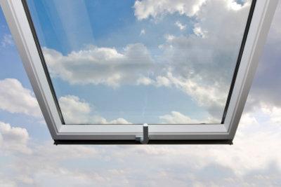 Bevor Sie den Dachdecker rufen, sollten Sie Ihr undichtes Dachfenster genau untersuchen.
