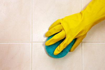 Fliesen mit Grauschleier lassen sich mit einem Spezialreiniger putzen