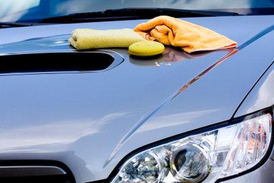 So entfernen Sie die Feinstaubplakette von der Autoscheibe.