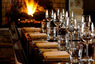 Der Knigge gibt Verhaltensregeln z.B. in einem Restaurant vor und zeigt, wie man sich höflich und angemessen verhält.