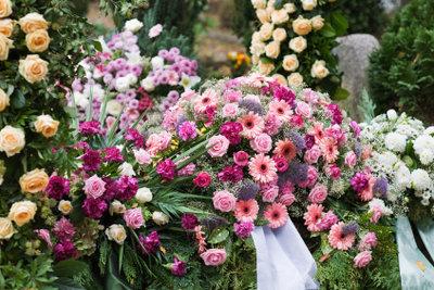 Der entsprechende Blumenschmuck für eine Urnenbeisetzung ist ganz einfach zu finden.