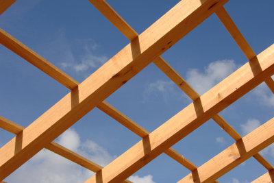 Bei einem Unterstand aus Holz ist ein richtiges Dach sehr wichtig.