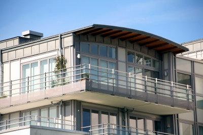 Man muss keine  Mietminderung beantragen, man hat das Recht dazu, wenn der Balkon unbenutzbar ist