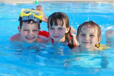 Mit der richtigen Pflege bekämpfen Sie Mückenlarven und können einen sauberen Pool genießen.