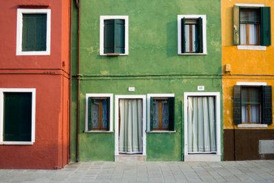 Die Hausfassade sollte man nach seinen ganz individuellen Geschmack streichen.