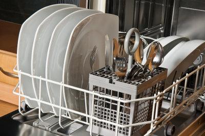 Wer lange Freude an der Geschirrspülmaschine haben möchte, muss diese regelmäßig reinigen