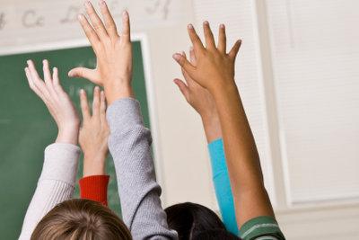 Wer ein echter Streber sein will, arbeitet im Unterricht immer gut mit und ist bei der Sache.