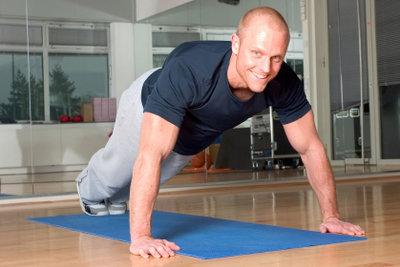 Liegestütze sind die bekanntesten Übungen zum Trainieren der Oberarmmuskeln.