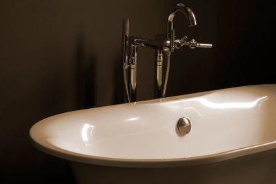 Badewannenlack lässt stumpfe Badewannen wieder glänzen.